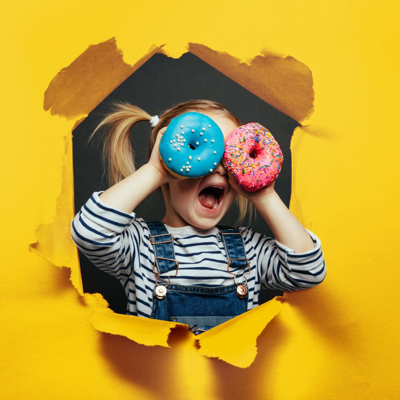 Дитина та пончики