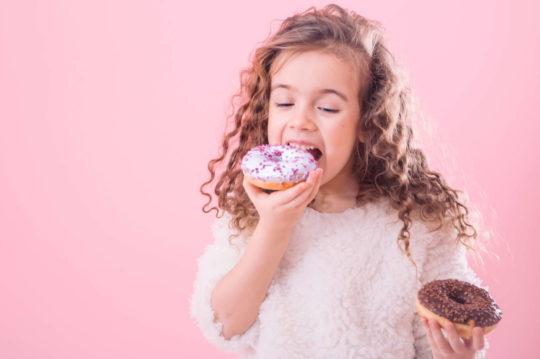 Дівчинка та пончики
