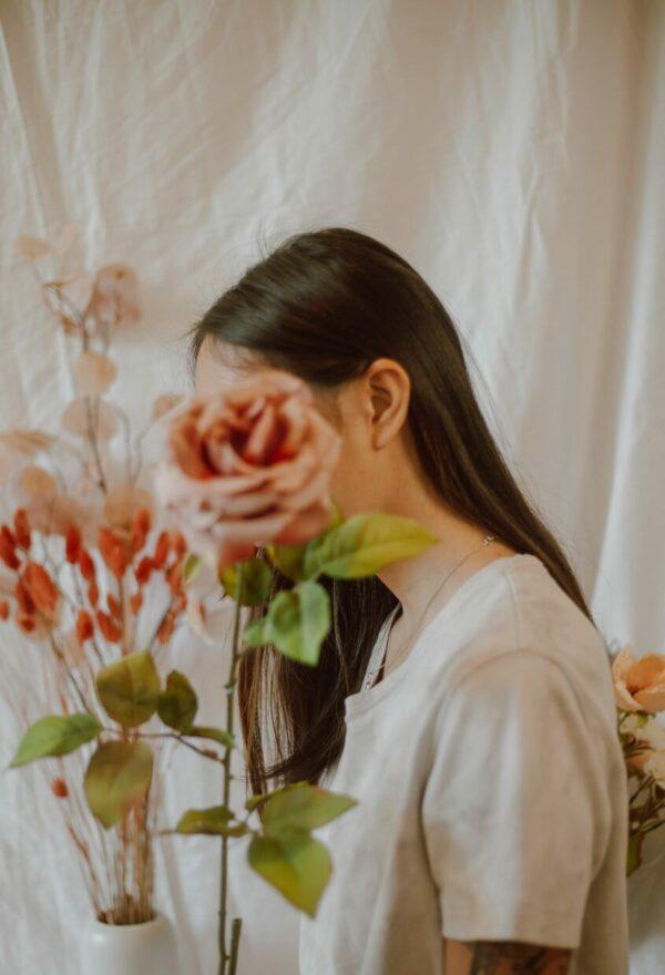 Дівчина, троянда